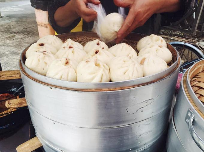Getting some freshly made street food and practicing language skills. Photo courtesy of Amy Rapp '17.