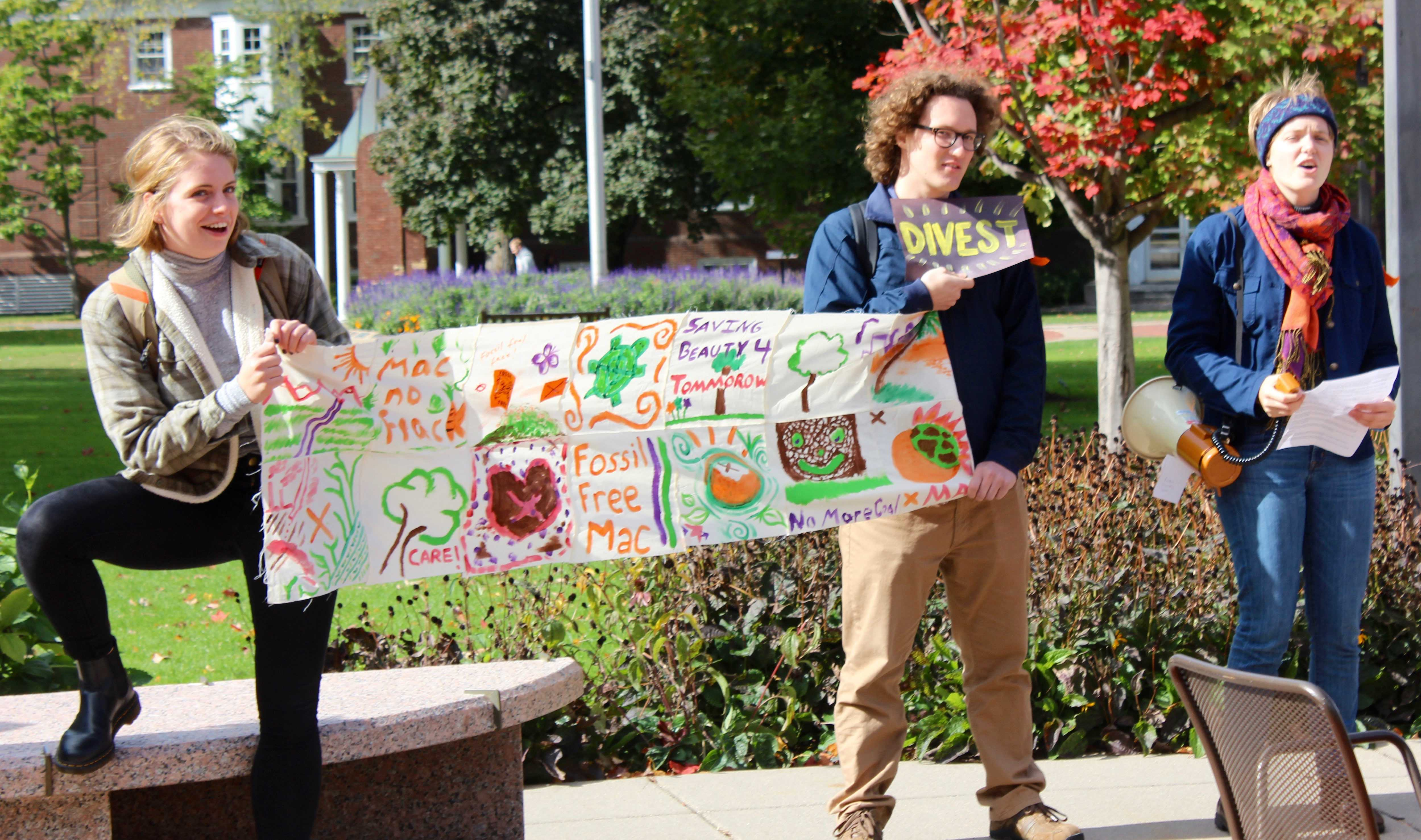 Fossil Free Mac demonstrates during Board of Trustees' visit