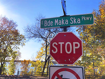 Street signs now bear Dakota name Bde Maka Ska Parkway in Minneapolis. Photo by Liam McMahon '20.