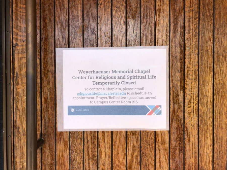 Sign on the closed doors of Weyerhaeuser Chapel. Photo by Lily Denehy '22.
