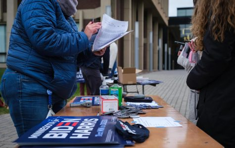 Volunteers hand out Biden signs, buttons and masks at Sen. Elizabeth Warren's stop at Macalester on Sunday. Photo by Kori Suzuki '21.